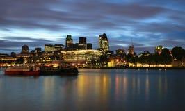 De Horizon van de Stad van Londen bij nacht Stock Foto's