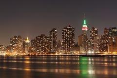 De horizon van de Stad van New York bij de Lichten van de Nacht Stock Afbeelding