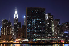 De horizon van de Stad van New York bij de Lichten van de Nacht Royalty-vrije Stock Afbeelding