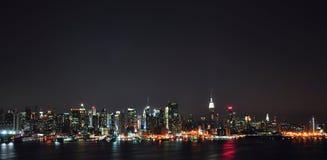 De Horizon van de Stad van New York bij nacht Royalty-vrije Stock Foto's