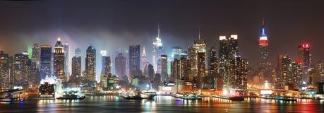 De Horizon van de Stad van New York bij nacht Stock Afbeeldingen