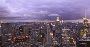 De Horizon van de Stad van New York bij schemer Stock Foto's