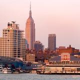 De horizon van de Stad van New York bij zonsondergang stock afbeelding