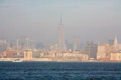 De Stadshorizon van New York in Dalingszonsondergang stock afbeelding