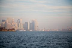 De Stadshorizon van New York in Dalingszonsondergang royalty-vrije stock fotografie