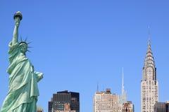 De Horizon van de Stad van New York en het Standbeeld van Vrijheid stock afbeeldingen