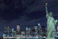 De Horizon van de Stad van New York en het Standbeeld van Vrijheid Stock Fotografie