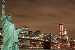 De Horizon van de Stad van New York en het Standbeeld van Vrijheid Stock Afbeelding