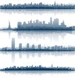 De horizon van de Stad van New York overdenkt water Royalty-vrije Stock Afbeelding