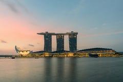De Horizon van de Stad van Singapore bij Nacht Stock Fotografie