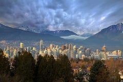 De Horizon van de Stad van Vancouver BC met Bergen Stock Afbeelding