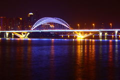 De Horizon van de stadsbrug bij Nacht Royalty-vrije Stock Afbeeldingen