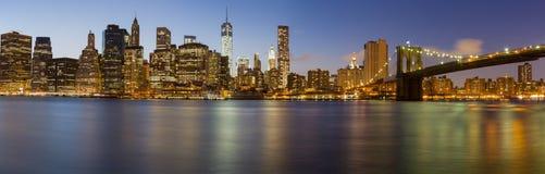 De horizon van de Stadsmanhattan van New York bij schemer Stock Foto