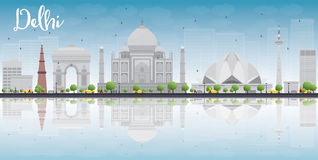 De horizon van Delhi met grijze oriëntatiepunten, blauwe hemel en bezinningen Royalty-vrije Stock Afbeelding