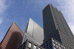 De horizon van Den Haag door de hoge stijgingsgebouwen wordt gevormd in Wijnhaven die Royalty-vrije Stock Afbeeldingen