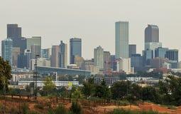 De horizon van Denver bij blauw uur stock afbeeldingen