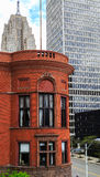 De horizon van Detroit met oude en nieuwe gebouwen Royalty-vrije Stock Foto's