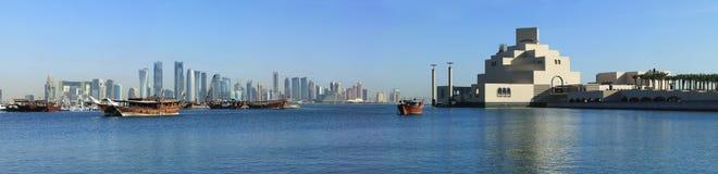 De horizon van Doha dhows en museum royalty-vrije stock afbeeldingen