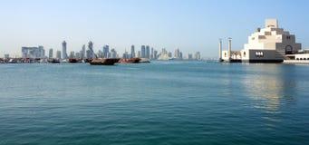 De horizon van Doha met museum Stock Foto