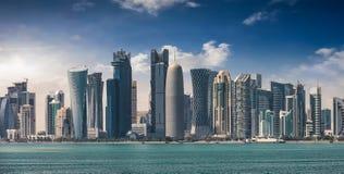 De horizon van Doha tijdens een zonnige middag stock afbeelding