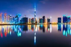 De horizon van Doubai bij nacht, de V.A.E Royalty-vrije Stock Afbeelding