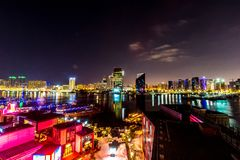 De Horizon van Doubai bij Nacht stock foto's