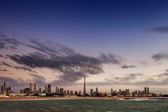De horizon van Doubai bij schemer van de Kust die van de Golf wordt gezien Stock Afbeelding