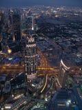 De horizon van Doubai die van Burj Khalifa bij nacht wordt gezien Doubai, Verenigde Arabische Emiraten royalty-vrije stock foto