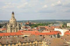 De horizon van Dresden door koepels van Kerk van Onze Dame Dresdner Frauenkirche en Academie van de Citroenpers wordt overheerst  stock foto