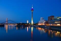 De Horizon van Dusseldorf bij het Blauwe Uur stock foto