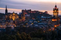 De Horizon van Edinburgh bij Schemering stock foto's