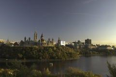 De horizon van een stad bij zonsondergang Royalty-vrije Stock Afbeeldingen