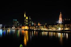 De horizon van Frankfurt bij nacht Stock Afbeeldingen