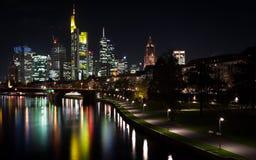 De horizon van Frankfurt bij nacht Stock Foto