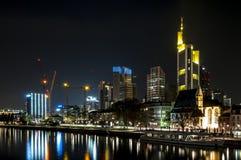 De horizon van Frankfurt bij nacht en de rivierleiding Stock Foto's