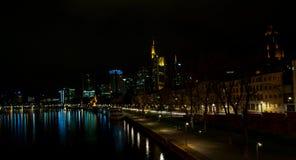 De horizon van Frankfurt bij nacht, Hesse - April 7 2019 royalty-vrije stock afbeeldingen