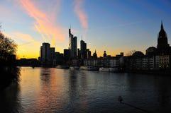 De horizon van Frankfurt bij schemer Royalty-vrije Stock Foto