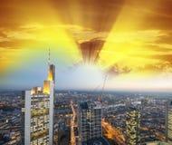 De horizon van Frankfurt bij zonsondergang, Duitsland Royalty-vrije Stock Foto's