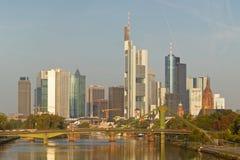 De Horizon van Frankfurt en Financieel District Stock Afbeelding