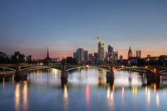 De horizon van Frankfurt-am-Main bij schemering, Duitsland royalty-vrije stock foto