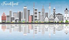 De Horizon van Frankfurt met Gray Buildings, Blauwe Hemel en Bezinningen Royalty-vrije Stock Afbeelding