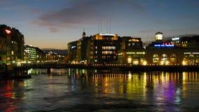 De horizon van Genève bij nacht, CH Stock Foto's