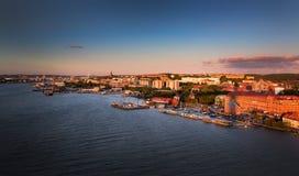 De horizon van Gothenburg tijdens zonsondergang met maan royalty-vrije stock fotografie