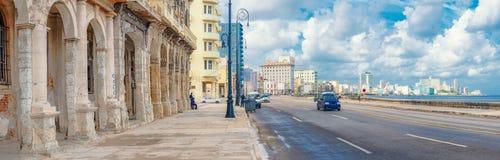 De horizon van Havana langs Malecon-weg Royalty-vrije Stock Afbeeldingen