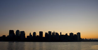 De horizon van het Lower Manhattan bij dageraad Stock Fotografie