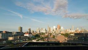 De horizon van het de stadscentrum van Toronto tijdens de vroege zonsopgang van het ochtend gouden uur stock video