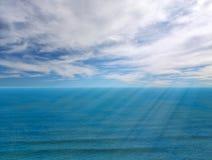 De horizon van het zeegezicht met zonnestraal royalty-vrije stock foto's