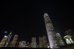 De Horizon van Hongkong en de langste bouw bij nacht Stock Foto's