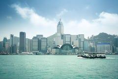De horizon van Hongkong met veerboot Royalty-vrije Stock Afbeeldingen