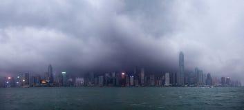 De horizon van Hongkong onder tyfoon het aanvallen Royalty-vrije Stock Afbeelding